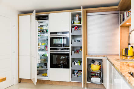 Nobilia Project 9 Lux flat fronted door in gloss lacquer in ivory: modern Kitchen by Eco German Kitchens