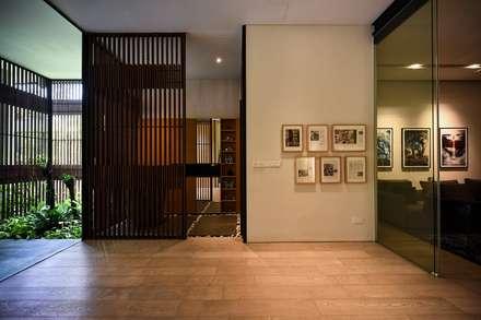 GG邸: Sen's Photographyたてもの写真工房すえひろが手掛けた玄関/廊下/階段です。
