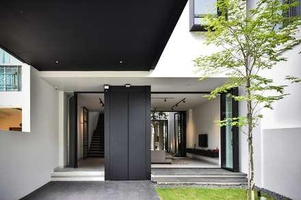 CG邸: Sen's Photographyたてもの写真工房すえひろが手掛けた玄関/廊下/階段です。