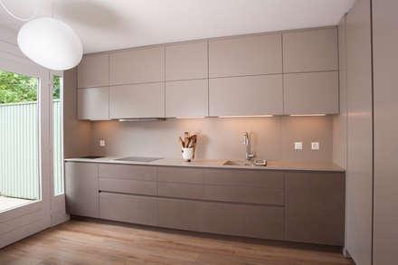 Interni a Ginevra: Cucina in stile in stile Moderno di sandra marchesi architetto
