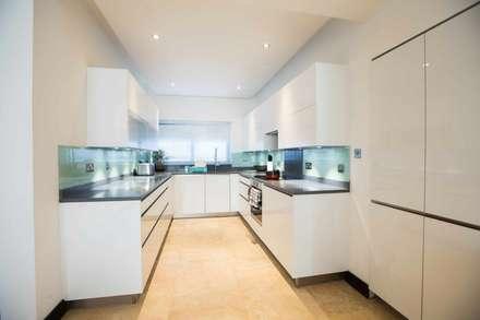 White gloss U shape kitchen designed by Schmidt Barnet, project in Ghana, Africa.: modern Kitchen by Schmidt Kitchens Barnet