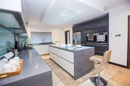 Modern design kitchen with island, handles: minimalistic Kitchen by Schmidt Kitchens Barnet