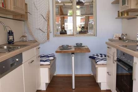Kleine Camping-Küche mit viel Stauraum:  Geschäftsräume & Stores von Küchen Häupler