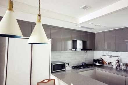 [홈라떼] 라이트 그레이로 톤업한 33평 위례 새아파트 홈스타일링: homelatte의  주방