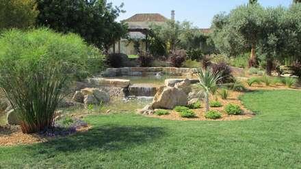 Jardines de estilo mediterraneo por JARDIMGARVE
