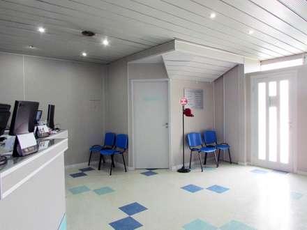 SALA DE ESPERA : Clínicas y consultorios médicos de estilo  por G7 Grupo Creativo