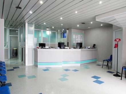 MOSTRADOR: Clínicas y consultorios médicos de estilo  por G7 Grupo Creativo