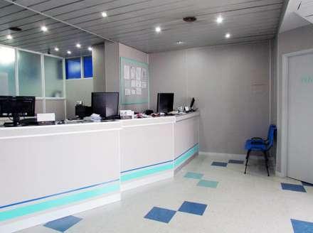 MOSTRADOR : Clínicas y consultorios médicos de estilo  por G7 Grupo Creativo