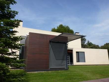 VOLUMEN DE MADERA PARA COCINA Y COMEDOR: Jardines de estilo escandinavo de asieracuriola arquitectura