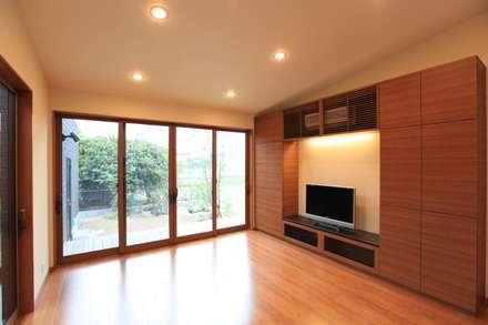 直方の家: 株式会社 SYN空間計画 一級建築事務所が手掛けたリビングです。