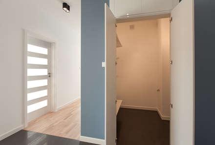 Klasyka i design: styl , w kategorii Korytarz, przedpokój i schody zaprojektowany przez Perfect Space