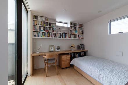 風と光と暮らす家: 設計事務所アーキプレイスが手掛けた寝室です。