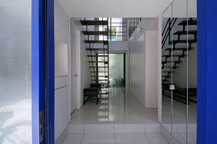風と光と暮らす家: 設計事務所アーキプレイスが手掛けた玄関・廊下・階段です。