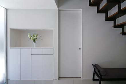風と光と暮らす家: 設計事務所アーキプレイスが手掛けた玄関/廊下/階段です。