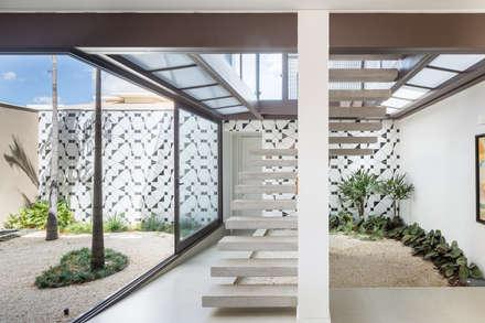 Jardines de invierno de estilo moderno por Joana França