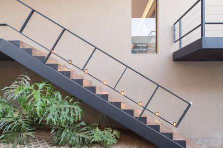 Casa LA - Esquadra Arquitetos + Yi arquitetos: Corredores, halls e escadas modernos por Joana França