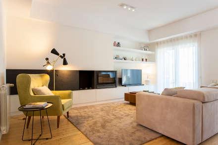 Moradia em Cascais: Salas de estar modernas por Traço Magenta - Design de Interiores