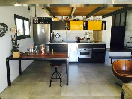 Métamorphose d'un garage en duplex industriel: Cuisine de style de style Industriel par Home And Steel
