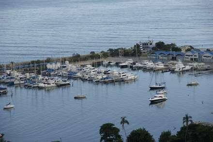 Vista de la marina y el Mar Caribe: Terrazas de estilo  por OMAR SEIJAS, ARQUITECTO