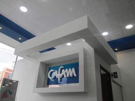 AGENCIA DE EMPLEO CAFAM - TOBERÌN / BOGOTÀ COLOMBIA SEPT 2014: Edificios de oficinas de estilo  por Kraft Atomo Arquitectura / Urbanismo / Paisajismo
