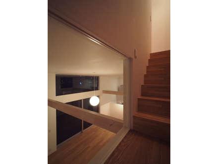 希望ヶ丘の家: 桑原茂建築設計事務所が手掛けた玄関/廊下/階段です。