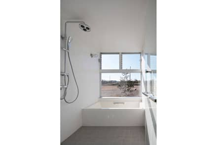 いつも日なた、いつも日かげの家: 桑原茂建築設計事務所 / Shigeru Kuwahara Architectsが手掛けた浴室です。