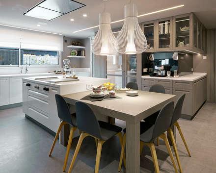 Vivienda urbana ático dúplex Barcelona: Cocinas de estilo moderno de Molins Interiors