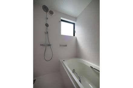 安佐南の家: 桑原茂建築設計事務所 / Shigeru Kuwahara Architectsが手掛けた浴室です。