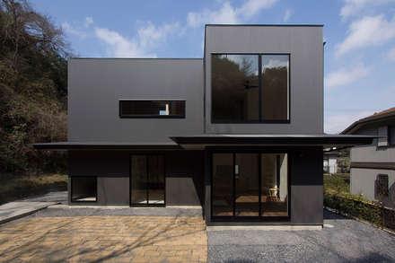北鎌倉の家: 桑原茂建築設計事務所が手掛けた家です。