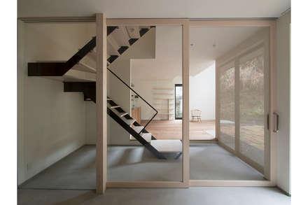 北鎌倉の家: 桑原茂建築設計事務所が手掛けた玄関・廊下・階段です。