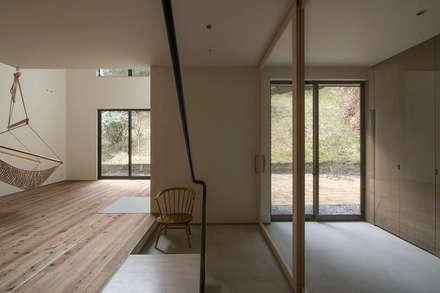 北鎌倉の家: 桑原茂建築設計事務所が手掛けた玄関/廊下/階段です。