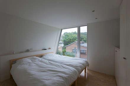 三俣の家: 桑原茂建築設計事務所 / Shigeru Kuwahara Architectsが手掛けた寝室です。