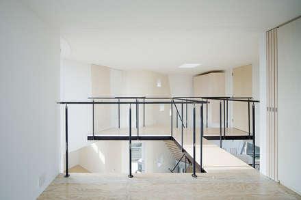 三俣の家: 桑原茂建築設計事務所が手掛けた玄関・廊下・階段です。