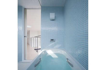 三俣の家: 桑原茂建築設計事務所 / Shigeru Kuwahara Architectsが手掛けた浴室です。