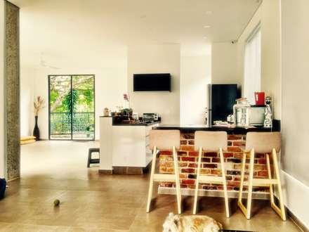 Casa La Vega: Cocinas de estilo moderno por Vertice Oficina de Arquitectura