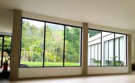Casa La Vega: Ventanas de estilo  por Vertice Oficina de Arquitectura