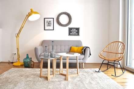 Musterwohnung in schwarz-gelb: skandinavische Wohnzimmer von Karin Armbrust - Home Staging