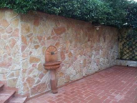 Rivestimento con scorza di cava rossa di Pietra di Trani : Pareti in stile  di Cava di Trani