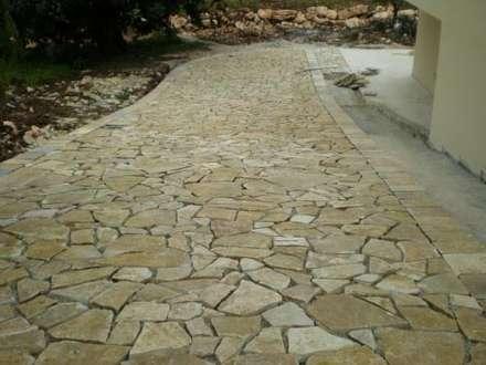 Pavimentazione esterna realizzata con scorza di cava di Pietra di Trani: Pareti in stile  di Cava di Trani