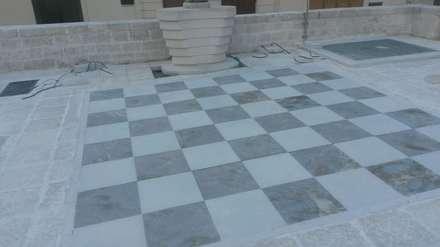 Realizzazione pavimentazione scacchiera in Pietra di Trani e pietra Albanese: Pareti in stile  di Cava di Trani
