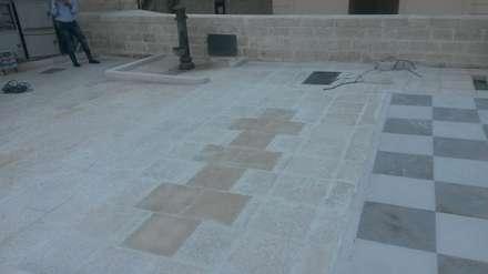 Realizzazione pavimentazione  gioco della campana in Pietra di Trani : Pareti in stile  di Cava di Trani