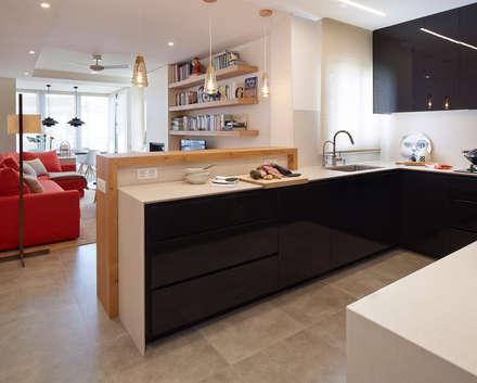 cocina abierta: Cocinas de estilo moderno de Molins Interiors