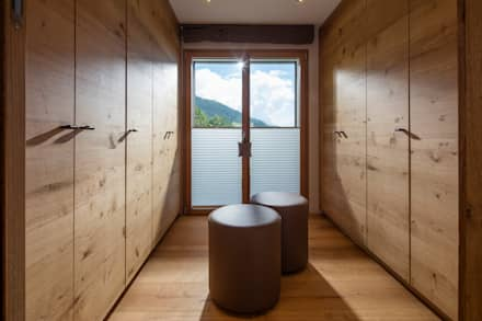 Ankleide aus Naturholz: moderne Ankleidezimmer von BAUR WohnFaszination GmbH