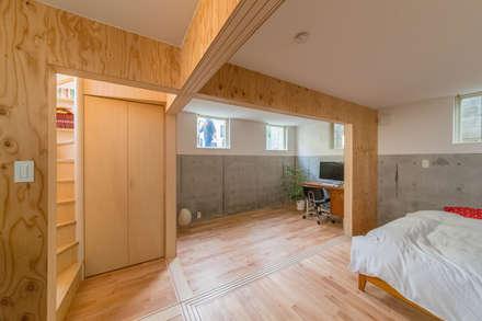 北烏山の住宅: 水石浩太建築設計室/ MIZUISHI Architect Atelierが手掛けた寝室です。
