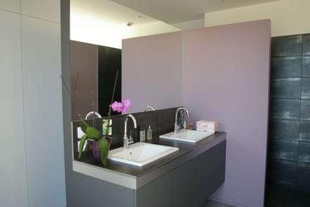 MAISON 123: Salle de bains de style  par FORT & SALIER