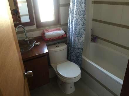 Baño niños: Baños de estilo ecléctico por Arquiespacios