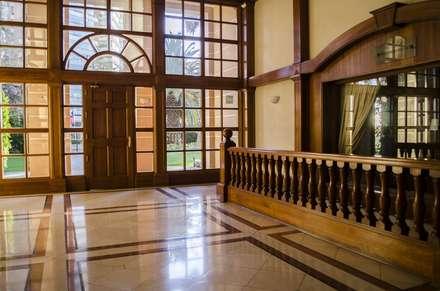 Puerta de acceso modelo Boston, Edificio Reina Victoria, Viña del Mar: Puertas y ventanas de estilo clásico por Ignisterra