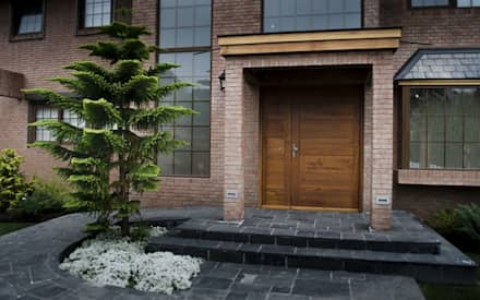 Puerta de acceso modelo Toscana: Puertas y ventanas de estilo moderno por Ignisterra
