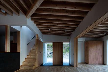 安並の家: TENKが手掛けた玄関・廊下・階段です。