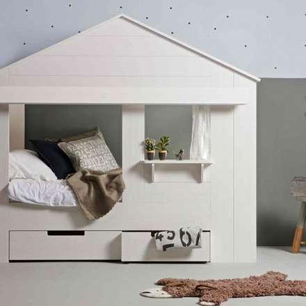 Woood Huisie Einzelbett in Hausform mit Fenster, weiß: skandinavische Kinderzimmer von EIKORA - Badezimmer und Wohnideen Versand